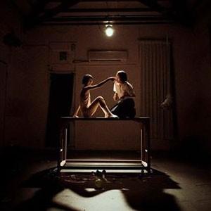 【這不是藝評‧是心得分享】《Project 957.4500225 & I 惡童與我》以童趣視角解構殘酷世界 抽象肢解意識形態的藝術劇